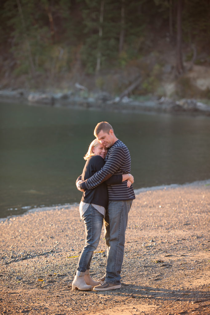hugging couple on the beach in Anacortes